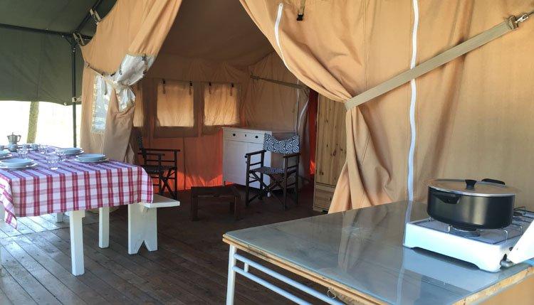 camping_capitello_safaritent_woonkamer_keuken.jpg
