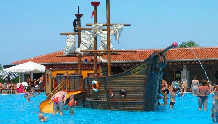 camping_park_umag_zwembad_piratenschip.jpg