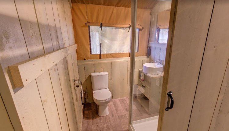 camping_borken_am_see_safaritent_groepen_badkamer.jpg