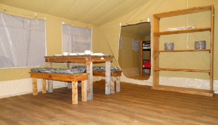 camping_borken_am_see_safaritenten_zonder_badkamer_woonkamer.jpg
