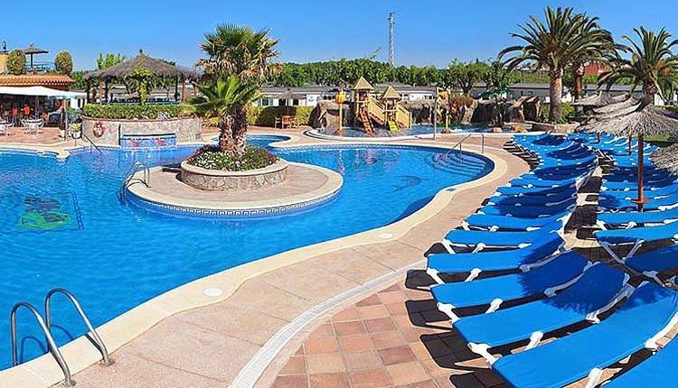 camping_la_masia zwembad met ligstoelen