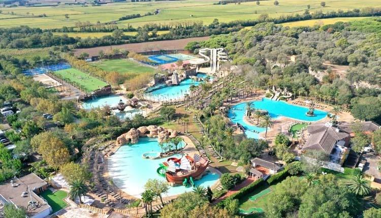 Camping El Delfin Verde boven aanzicht zwembaden