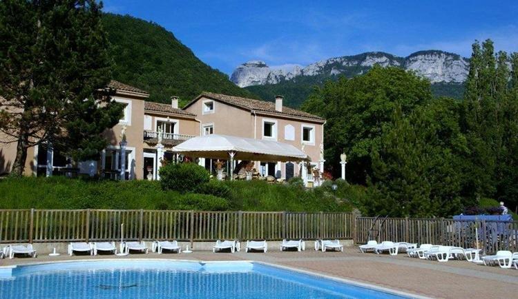 Le Gallo Romain zwembad met bergen op achtergrond